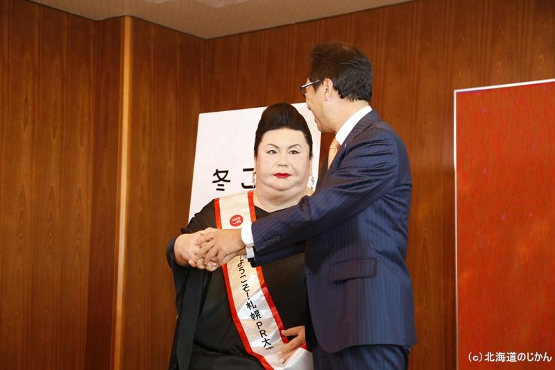 マツコロイドと握手する秋元克広札幌市長