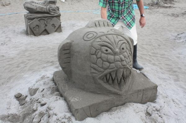 一般参加砂像:さけ太郎の中身がゴジラ